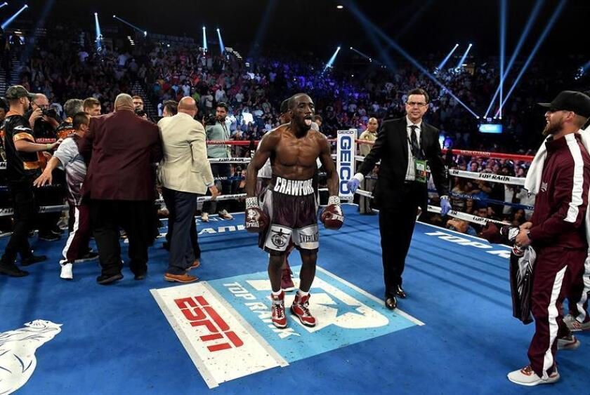 A handout photo made available by Duco Events shows Terence Crawford (C) celebrating his victory after a ninth round TKO in the World Boxing Organization (WBO) World Welterweight Championship title fight between Jeff Horn of Australia and Terence Crawford of America at the MGM Grand Hotel and Casino in Las Vegas, USA, 10 June 2018. (Estados Unidos) EFE