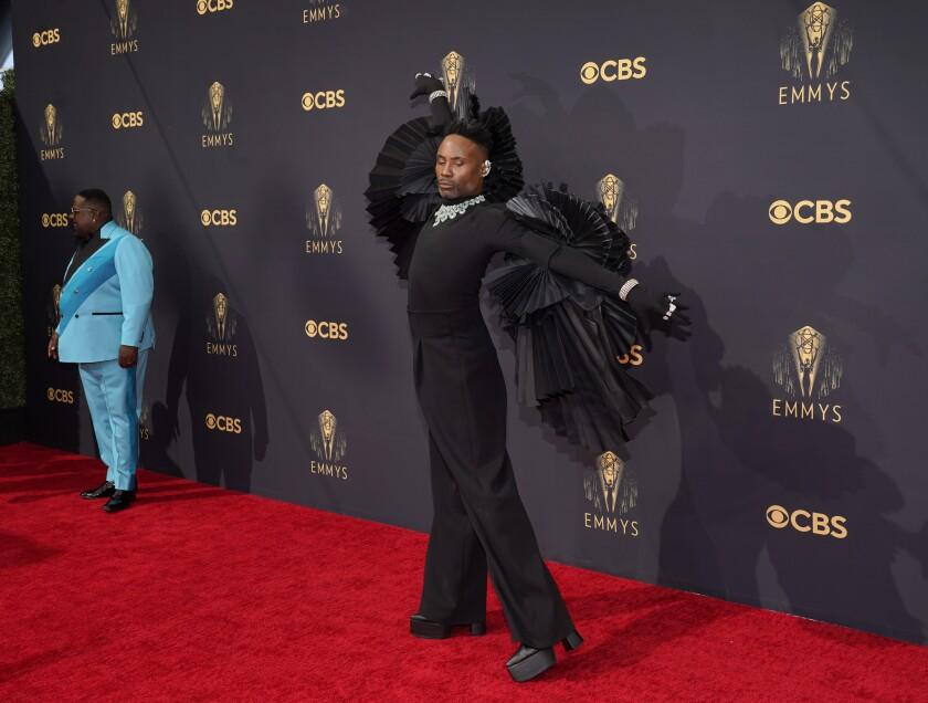 Cedric the Entertainer, a la izquierda, y Billy Porter llegan a la 73ra entrega anual de los premios Emmy