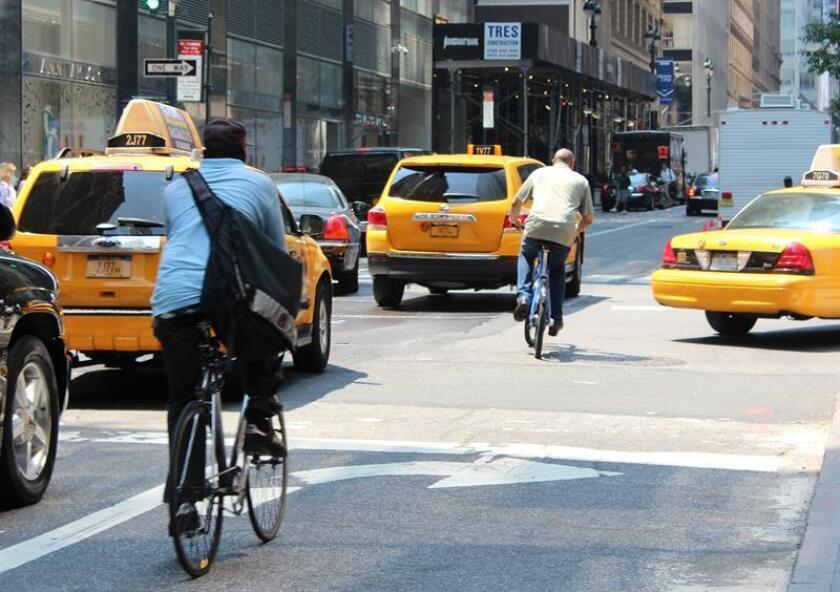 Vista de varios taxis amarillos y unos ciclistas en las calles de Nueva York. EFE/Archivo