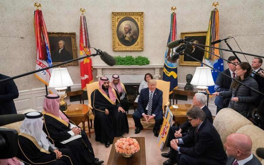 """El presidente estadounidense, Donald J. Trump (c-d), posa junto al príncipe heredero de la corona saudí, Mohamed bin Salman (c-i), durante su encuentro en el Despacho Oval de la Casa Blanca de Washington D.C (Estados Unidos) hoy, 20 de marzo de 2018, donde ambos debatieron diversos asuntos de interés común, entre los que destacan el acuerdo nuclear con Irán y el papel """"desestabilizador"""" de Rusia en Oriente Medio. EFE/POOL"""