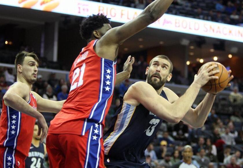 Marc Gasol (d) de los Memphis Grizzlies en acción ante Joel Emiid (c) de los Philadelphia 76ERS durante un partido de baloncesto de la NBA en el FedEx Forum de Memphis, Tennessee (EE.UU.). EFE