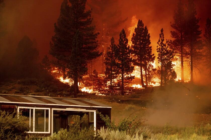 Un incendio arde en la comunidad de Markleeville, en el condado de Alpine, California, el sábado 17
