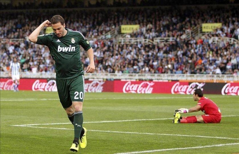 El delantero argentino del Real Madrid Gonzalo Higuaín celebra la consecución del primer gol de su equipo, tras batir al portero chileno de la Real Sociedad, Claudio Bravo, en el partido de la trigésima séptima jornada de liga en Primera División que se disputó en el estadio de Anoeta. EFE