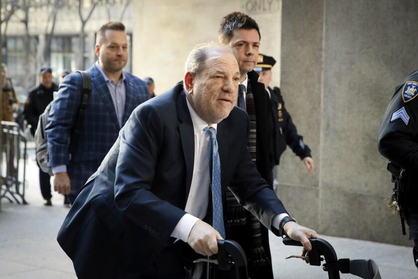 En esta fotografía del 24 de febrero de 2020, Harvey Weinstein llega a una corte de Manhattan