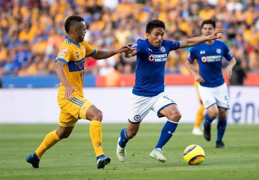 Rafael de Souza (i) de Tigres disputa el balón con Ángel Mena (d) de Cruz Azul durante el partido correspondiente a la jornada 15 del Torneo Clausura 2018 celebrado en el estadio Universitario de la ciudad de Monterrey (México). EFE/Archivo