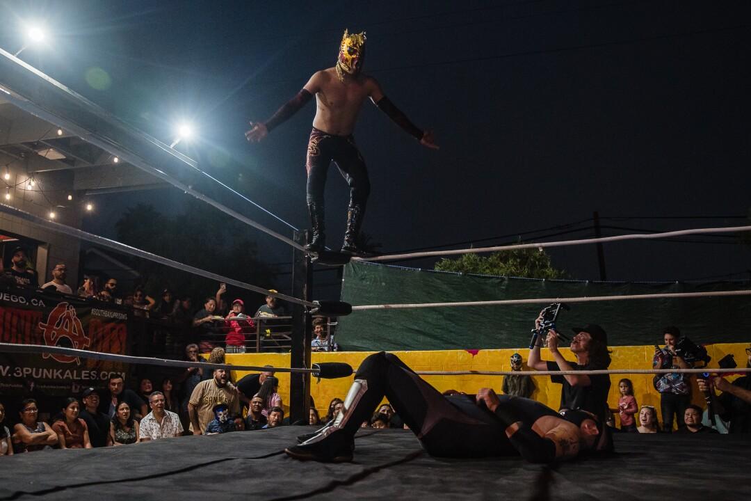 Evento de Lucha Libre de Baja Stars USA en el Mujeres Brew House en Logan Heights el 21 de agosto de 2021.