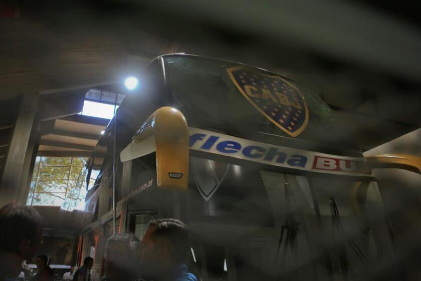 El bus que trasladaba al conjunto de Boca Juniors luego de sufrir una agresión antes del partido de la final de la Copa Libertadores entre River Plate y Boca Juniors que estaba programado para hoy en el estadio Monumental en Buenos Aires. EFE/Archivo