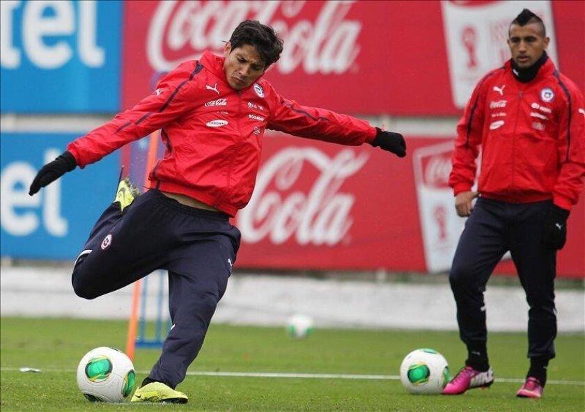 Los jugadores de la selección chilena Matías Fernández (i) y Arturo Vidal (d) participan el 31 de mayo de 2013, en la sesión de entrenamiento matutino en el complejo deportivo Juan Pinto Durán, en Santiago de Chile. EFE