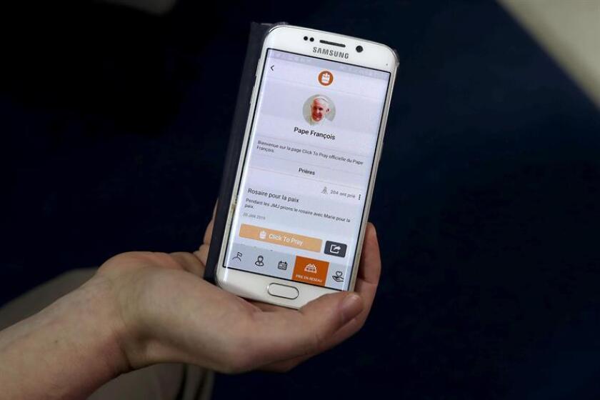 """Vista de la aplicación móvil para rezar en línea """"Click to pray"""" este viernes en la Ciudad de Panamá (Panamá), que ha cautivado al papa Francisco, un defensor de Internet y de las redes sociales. EFE"""
