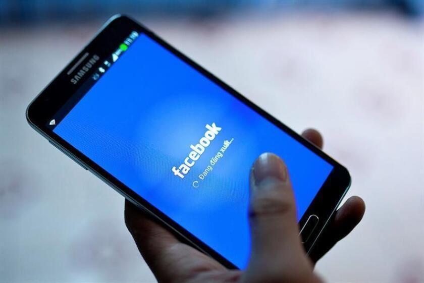 Vista de un móvil con la aplicación de Facebook. EFE/Archivo