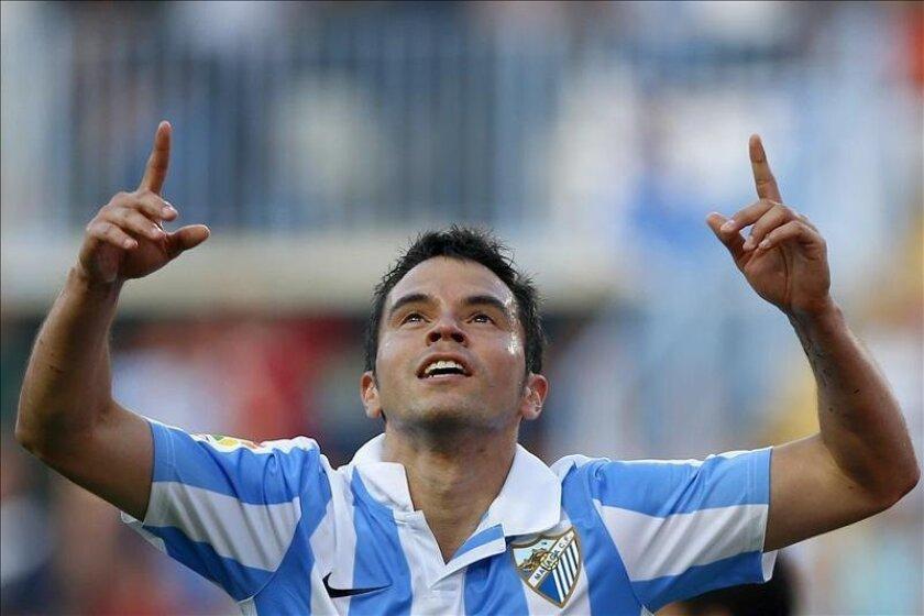 El delantero argentino del Málaga Pedro Javier Saviola celebra la consecución del primer gol de su equipo ante el Deportivo, durante el partido de la trigésima séptima jornada de Liga de Primera División que se disputó en el estadio de La Rosaleda. EFE