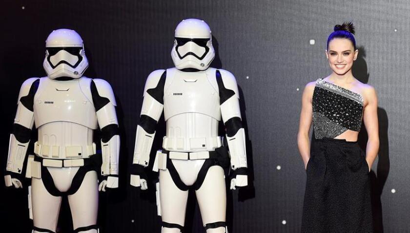 La actriz británica Daisy Ridley (d) posa junto a unos soldados imperiales en la alfombra roja en el prestreno de Star Wars en Leicester square en Londres, Reino Unido. EFE/Archivo