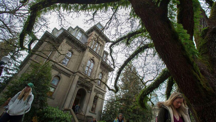 Estudiantes a la salida del Deady Hall, en el campus de la Universidad de Oregon, el pasado 25 de enero. (Brian Davis)