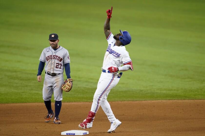 El cubano Adolis García, de los Rangers de Texas, festeja tras conectar un doblete ante los Astros de Houston, el martes 14 de septiembre de 2021 (AP Foto/Tony Gutiérrez)