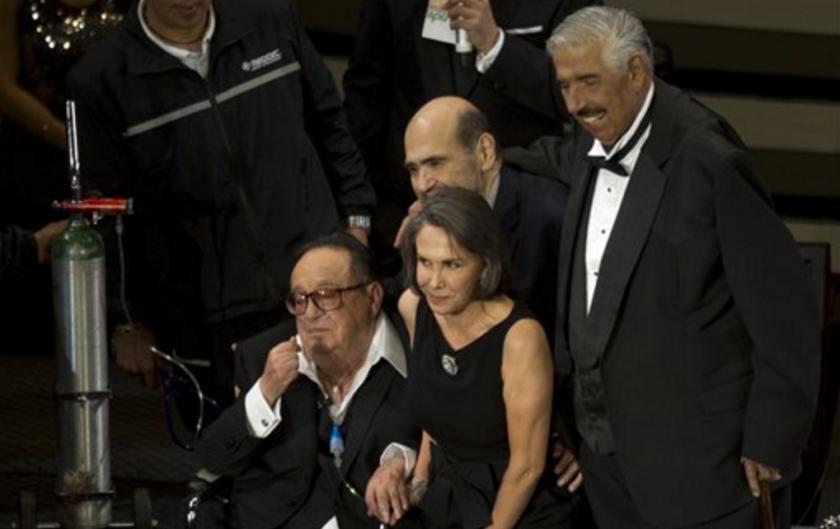 """ARCHIVO -El actor mexicano Ruben Aguirre, derecha, posa para un retrato con los miembros del elenco de la serie """"El Chavo del Ocho"""", durante un evento en el Auditorio Nacional de la Ciudad de México en una fotografía de archivo del 29 de febrero de 2012. Aguirre quien interpretó al Professor Jirafales en la popular serie de televisión murió el viernes 17 de junio de 2016. Tenía 82 años. Con Aguirre aparece el comediante Roberto Gómez Bolaños """"Chespirito"""", izquierda, y Florinda Meza, la esposa de Gómez Bolaños quien interpretaba a Doña Florinda, y Edgar Vivar quien hacía el personaje de El señor Barriga. (Foto AP/Eduardo Verdugo, archivo)"""