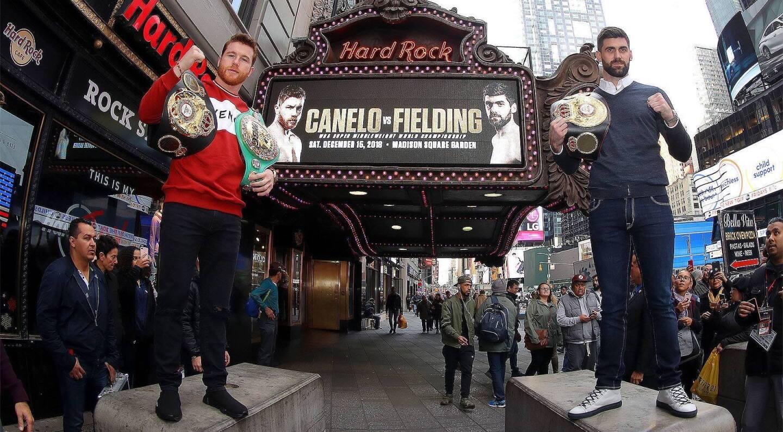'Canelo' Álvarez (i) presentó su pelea ante Rocky Fielding en Nueva York y es muy notoriala ventaja del británico en la estatura.