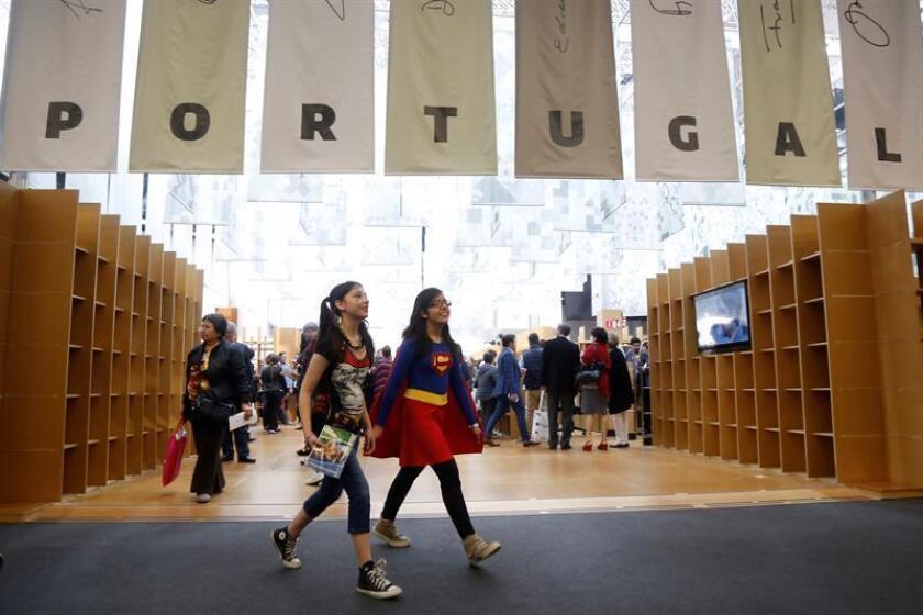 Visitantes recorren los diferentes pabellones hoy, en la Feria Internacional del Libro de Guadalajara, en Jalisco (México). EFE