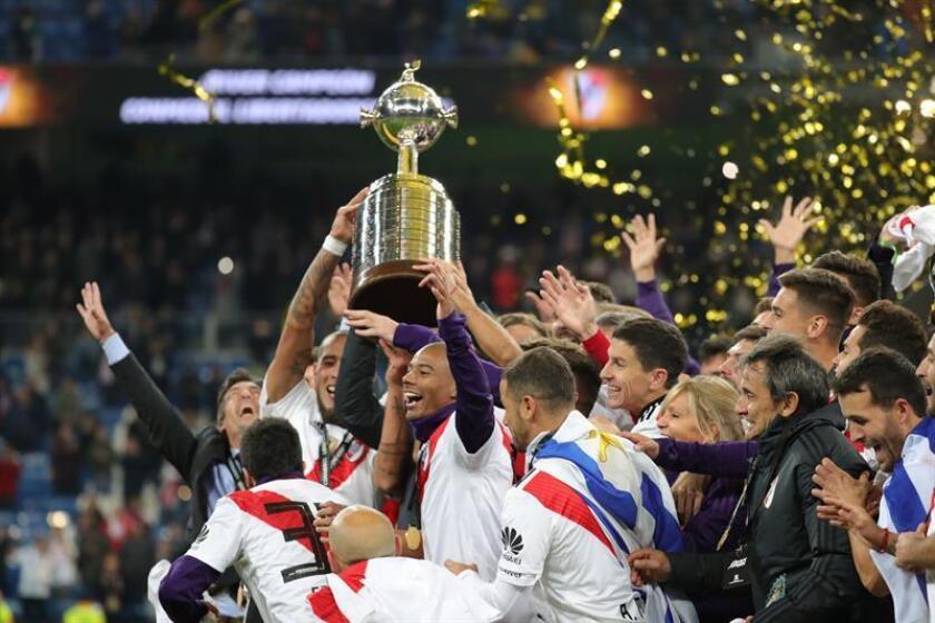 Los jugadores de River Plate con la copa tras vencer a Boca Juniors en el partido de vuelta de la final de la Copa Libertadores. EFE/Archivo