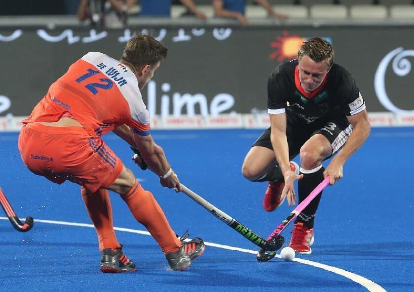 El jugador alemán Mats Grambusch (d) en acción ante el holandés Sander de Wijn durante el partido. EFE