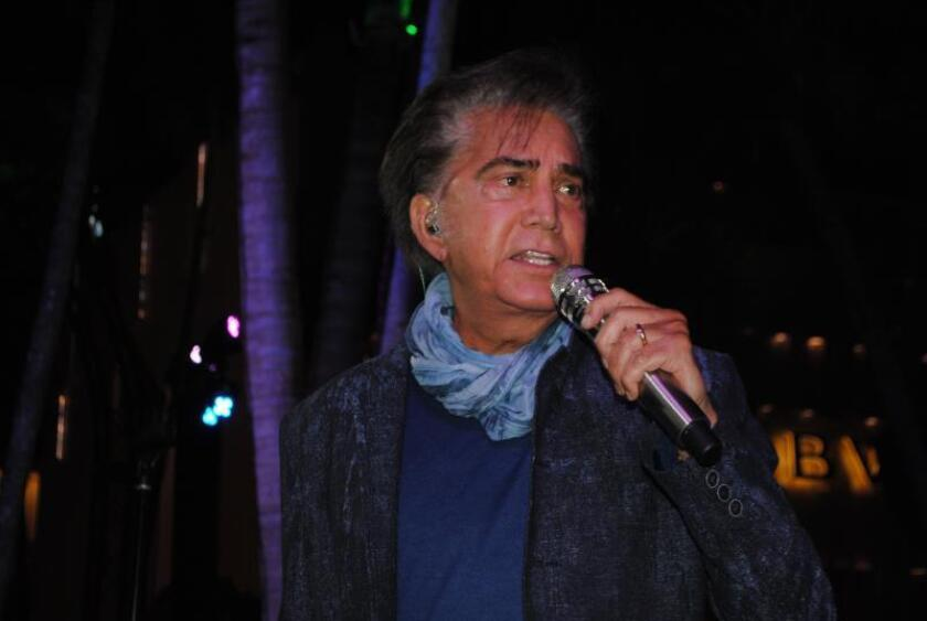 """El cantante venezolano José Luis Rodríguez """"El Puma"""" canta este viernes durante un concierto en el lujoso barrio Design District de Miami, Florida (EE.UU.). EFE"""