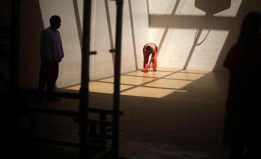 Migrantes en el centro de detención de Adelanto, California.