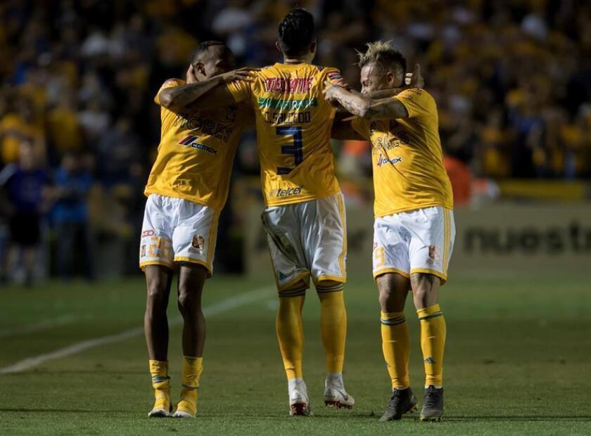 En la imagen, Luis Quiñones (i), Carlos Salcedo (c), y Eduardo Vargas (d), de Tigres de México. EFE/Archivo