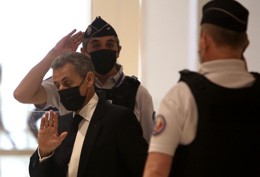 El expresidente francés Nicolas Sarkozy llega al tribunal en París, martes 15 de junio de 2021. Comienza el juicio a Sarkozy, acusado de financiar ilegalmente su intento reeleccionista frustrado. (AP Foto/Rafael Yaghobzadeh)