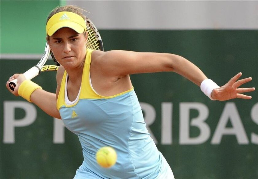 La tenista española Carla Suárez Navarro devuelve una bola durante su partido de tercera ronda de Roland Garros. EFE