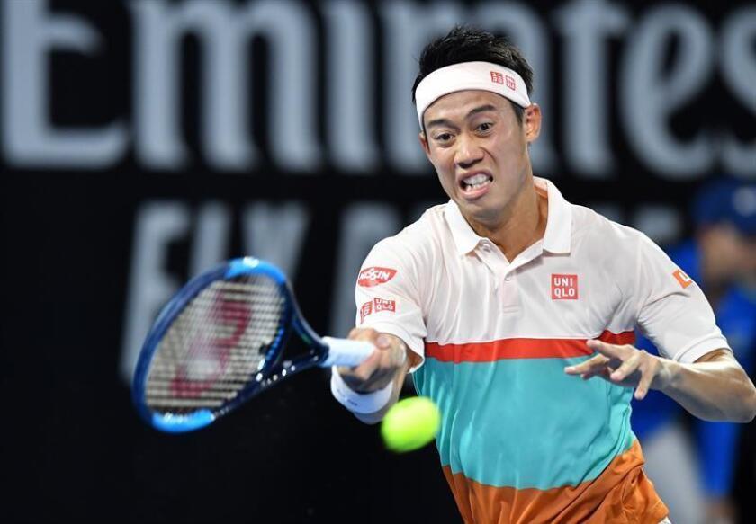 El tenista nipón Kei Nishikori devuelve la bola al búlgaro Grigor Dimitrov durante el partido que enfrentó a ambos en el torneo de Brisbane en Perth (Australia) hoy, 3 de enero de 2018. EFE