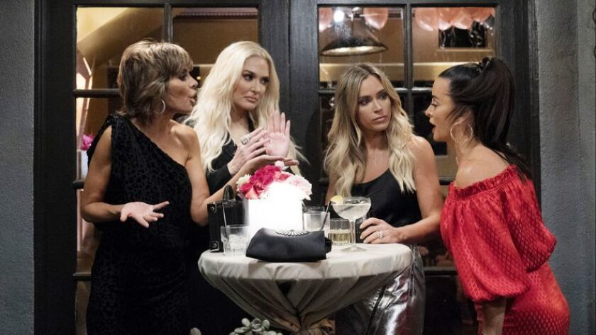 "Lisa Rinna, a la izquierda, Erika Girardi, Teddi Mellencamp Arroyave y Kyle Richards en un episodio de ""The Real Housewives of Beverly Hills""."
