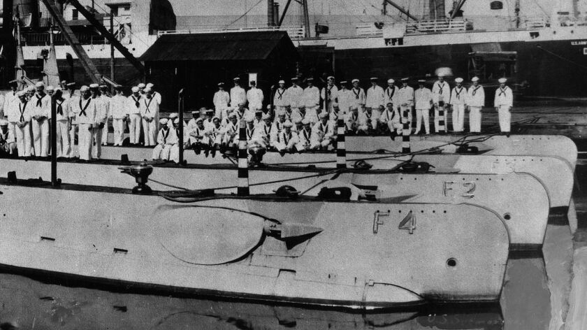 Submarines and their crews at Honolulu, Hawaii, in 1914. These boats are (from front to back): USS F