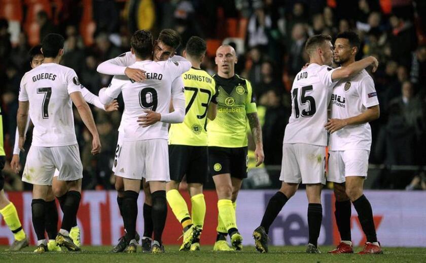 Los jugadores del Valencia CF se felicitan tas su pase a octavos de final al imponerse al Celtic FC, tras el partido de vuelta de dieciseisavos de final de la Liga Europa disputado en el Estadio de Mestalla. EFE