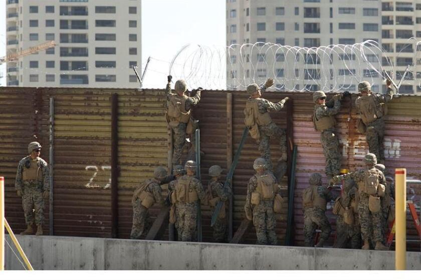 Soldados instalan un cercado de alambre en San Diego, California, EE. UU. EFE