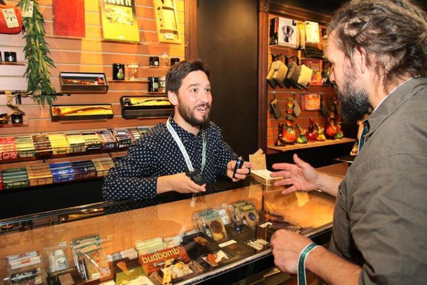 Un vendedor de productos y accesorios para el consumo de marihuana muestra la mercancía a un cliente en Toronto (Canadá). EFE/Archivo