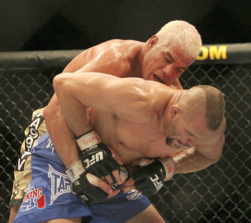 El peleador Tito Ortiz (atrás) durante el encuentro con Chuck Liddell, campeón de peso liviano, por el titulo de la UFC anoche 30 de diciembre de 2006 en Las Vegas, Nevada. Liddell retuvo su título al ganarle a Ortiz.