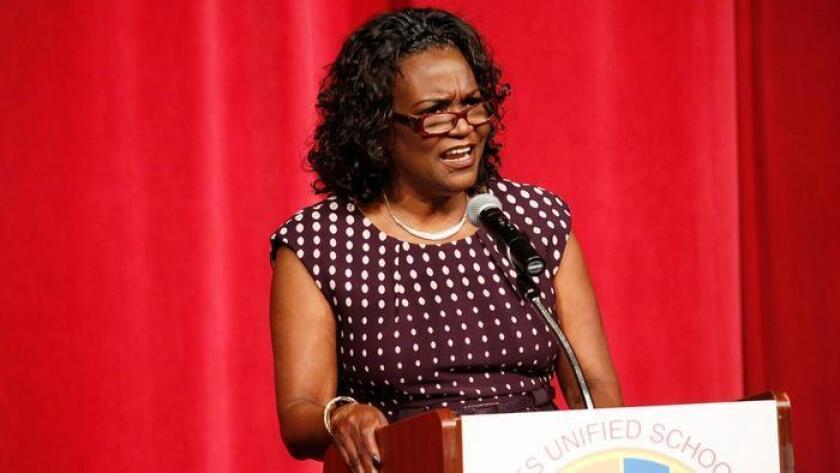 """La superintendente del Distrito Escolar Unificado de Los Ángeles (LAUSD), Michelle King, se dirige al personal en su primer discurso sobre el """"estado del distrito"""", celebrado el pasado 9 de agosto en James A. Garfield High School."""