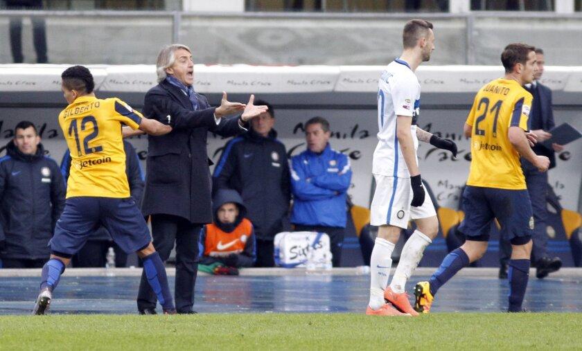 Inter Milan's coach Roberto Mancini, second from left, gestures during a Serie A soccer match against Hellas Verona at Bentegodi stadium in Verona, Italy, Sunday, Feb. 7, 2016. (AP Photo/Felice Calabro')