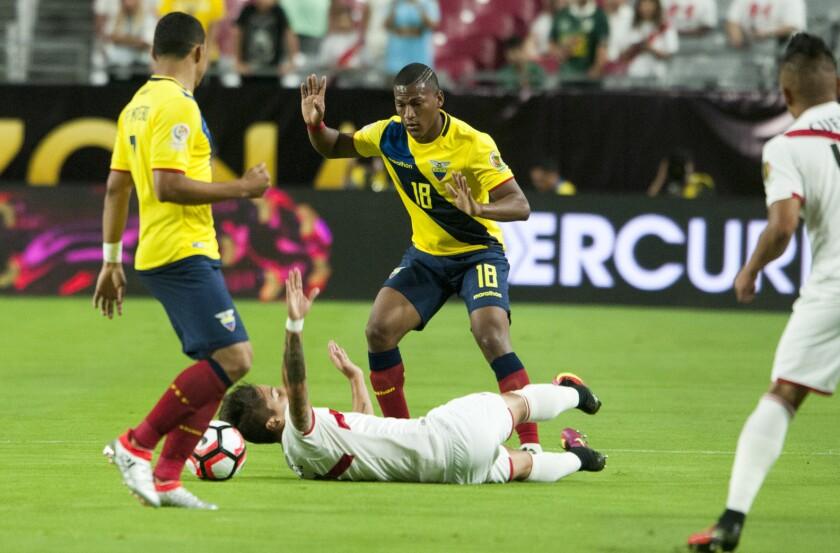 El jugador ecuatoriano Carlos Gruezo (d) derriba a un jugador peruano durante un partido entre Ecuador y Perú por el Grupo B. de la Copa América Centenario. EFE/Gary Williams