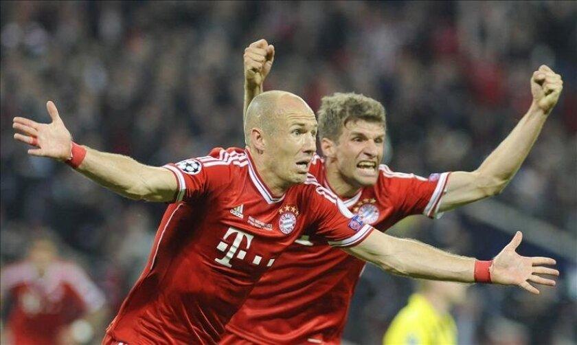 El jugador del Bayern Múnich Arjen Robben (i) celebra con su compañero Thomas Mueller el gol que ha dado el triunfo al Bayern en la final de la Liga de Campeones que se ha jugado en Wembley. EFE