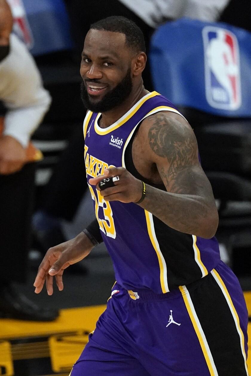El alero de los Lakers de Los Ángeles LeBron James
