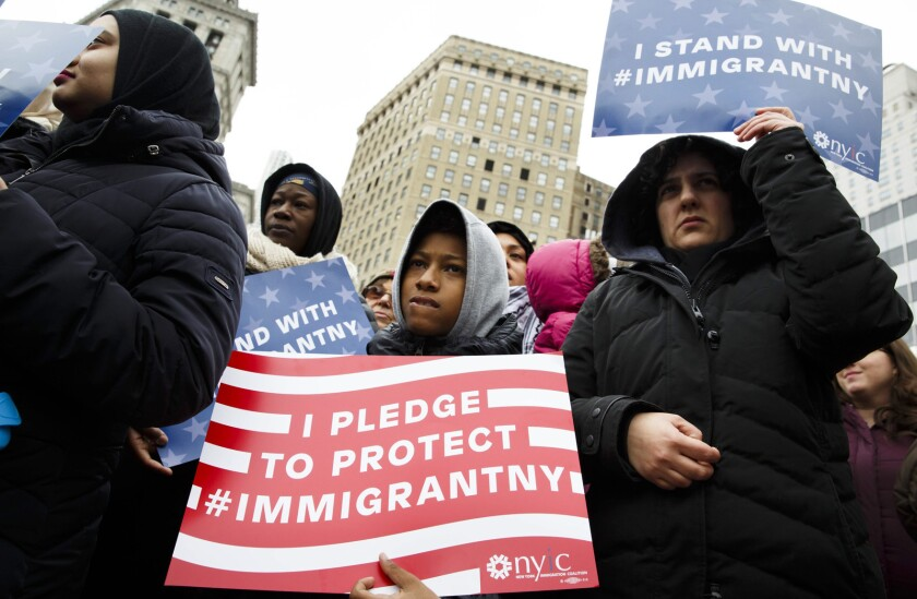 JLX03. New York (United States), 27/01/2017.- People gather for an interfaith rally to show support for the Muslim and immigrant communities in New York, New York, USA, 27 January 2017. The rally was organized in response to proposed actions by President Donald Trump. (Nueva York, Estados Unidos) EFE/EPA/JUSTIN LANE