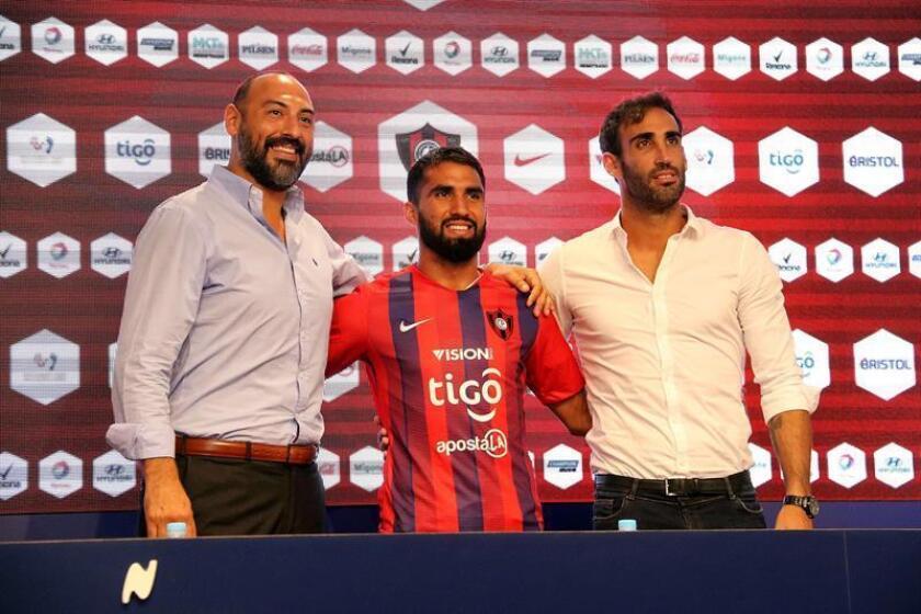 El presidente de Cerro Porteño, Raul Zapag (i), presenta a Alberto Espínola (c) como nuevo jugador del club, junto al gerente deportivo, Roberto Nani (d), hoy en la sede del club en Asunción (Paraguay). EFE