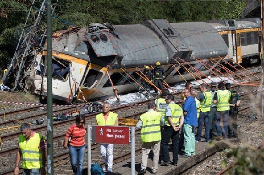 Personal de emergencia llega al lugar donde se descarriló un tren de pasajeros en Galicia, España, dejando al menos cuatro personas muertas, el viernes 9 de septiembre de 2016.