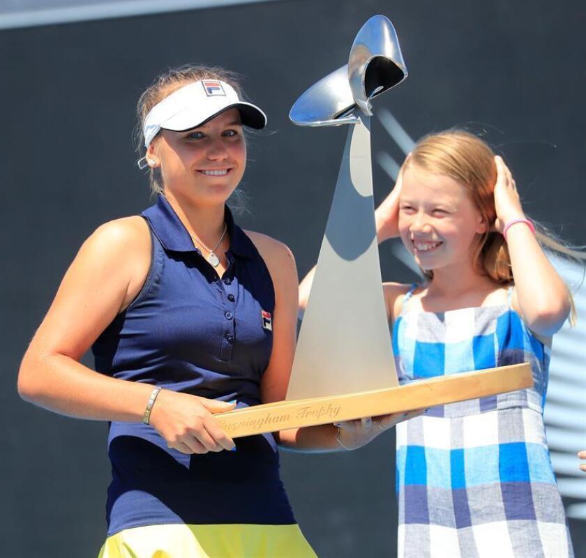 La estadounidense Sofia Kenin se proclamó campeona del torneo de Hobart (Australia), con el que estrena palmarés en la WTA, al vencer por 6-3 y 6-0 a la eslovaca Anna Karolina Schmiedlova, en 71 minutos de partido. EFE