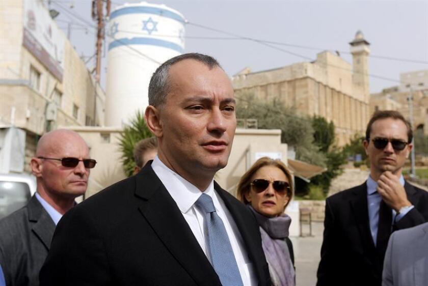 """La ONU instó hoy a trabajar para mantener la """"precaria restauración de la calma"""" alcanzada por Israel y la Franja de Gaza tras la escalada de violencia registrada los pasados 11, 12 y 13 de noviembre, y advirtió sobre el estallido de un nuevo conflicto armado. El coordinador especial de la ONU para el proceso de paz en Oriente Medio, Nickolay Mladenov (c). EFE/ARCHIVO"""
