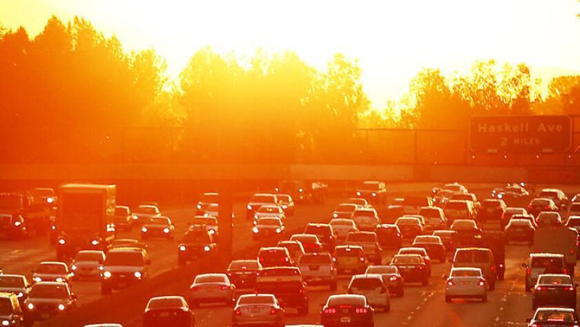El tránsito se agudiza sobre el Freeway 101 cerca de White Oak, en el Valle de San Fernando, mientras el sol sale, en una imagen de marzo del 2015.