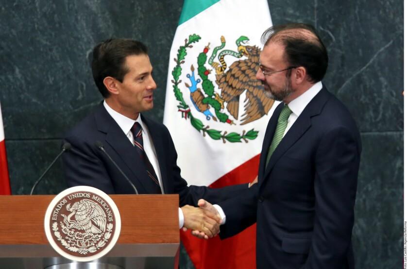 El Presidente Enrique Peña Nieto aceptó la renuncia de la Canciller Claudia Ruiz Massieu y en su lugar nombró al ex Secretario de Hacienda, Luis Videgaray, a quien encomendó a acelerar la relación con Donald Trump.