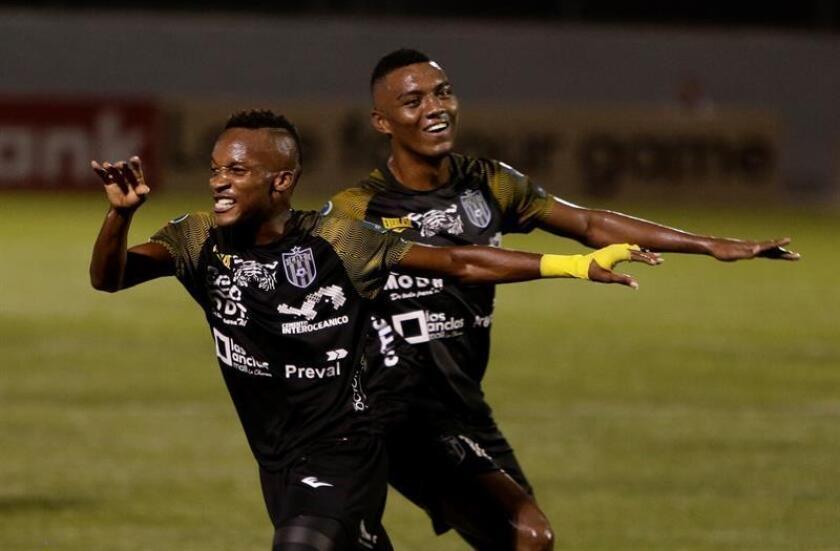 En la imagen, Romeesh Ivey (i) de Club Atlético Independiente celebra un gol en La Chorrera (Panamá). EFE/Archivo