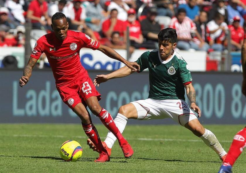 El delantero colombiano Luis Quiñones (izq), de los Diablos Rojos del Toluca, declaró hoy que apunta ser una de las piezas fundamentales de su equipo en el Clausura mexicano. EFE/ARCHIVO