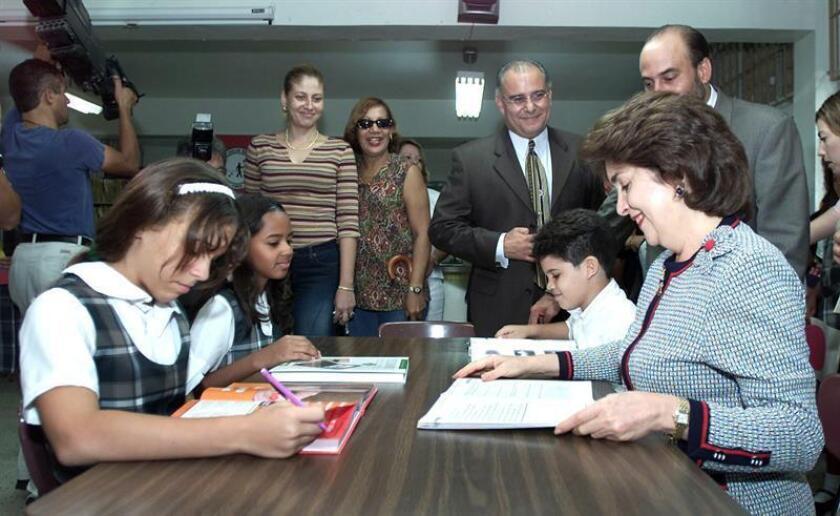 """Sila M. Calderón (d abajo), ex Gobernadora de Puerto Rico, realizó un recorrido por varios planteles escolares del area metropolitana, tras el cual presentó el """"Proyecto de Renovación y Actualización Curricular"""" del Departamento de Educación, cuyo objetivo es mejorar la metodología de enseñanza y el currículo escolar. EFE/Archivo"""
